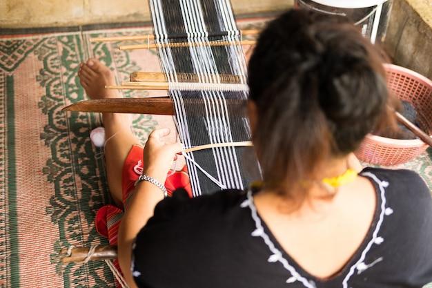 Niezidentyfikowana kobieta od wzgórza plemienia mniejszości wyplata tradycyjną tkaniny tkaninę
