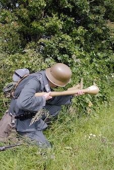 Niezidentyfikowany rekonstruktor przebrany za niemieckich żołnierzy drugiej wojny światowej