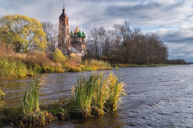 Nieznany kościół na brzegu wołgi w regionie jarosławia w rosji