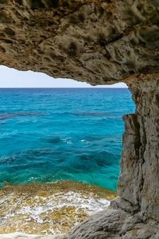 Niezwykła malownicza jaskinia znajduje się na wybrzeżu morza śródziemnego. cypr, ayia napa.