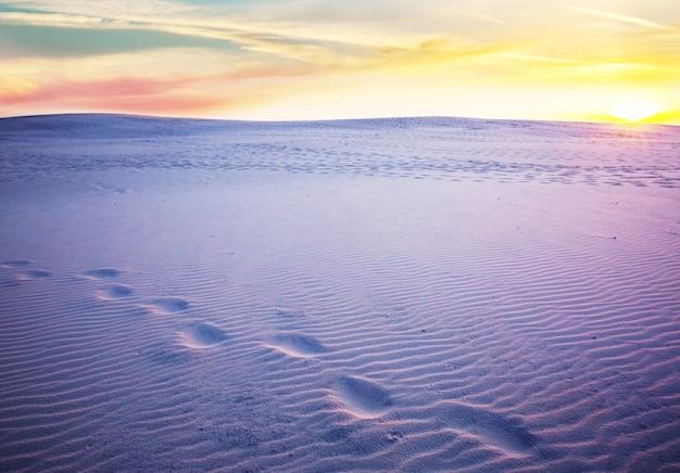 Niezwykłe białe wydmy w white sands national monument, nowy meksyk, usa