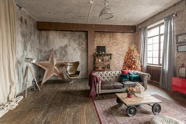 Niezwykłe ciemne wnętrze salonu w stylu loftowym zdobi choinka