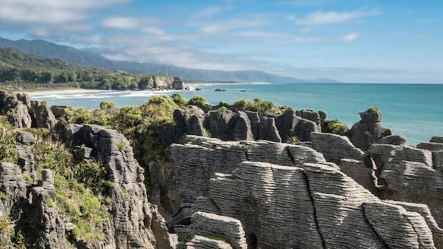 Niezwykłe formacje skalne na wybrzeżu oceanów kręcone w słoneczny dzieńpunakaiki pancake rocksnowa zelandia