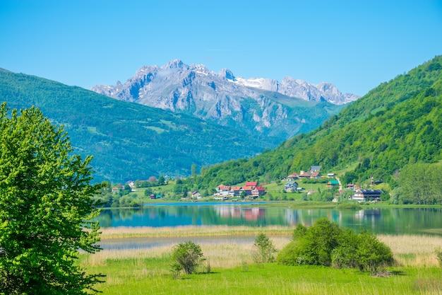 Niezwykłe jezioro plav wśród malowniczych górskich szczytów czarnogóry.