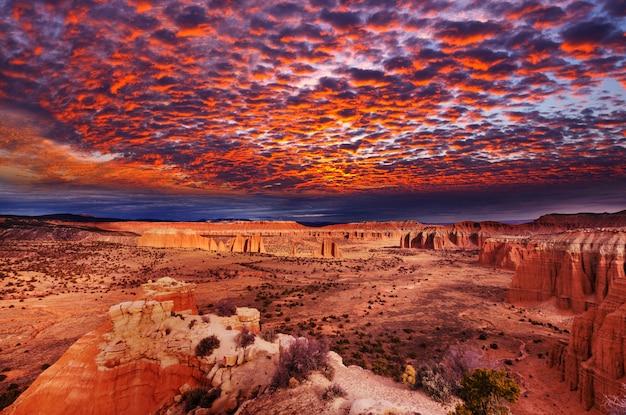 Niezwykłe naturalne krajobrazy w parku narodowym capitol reef w stanie utah