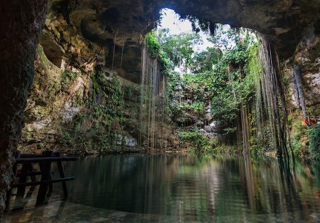 Niezwykłe naturalne tropikalne krajobrazy - ik-kil cenote, meksyk