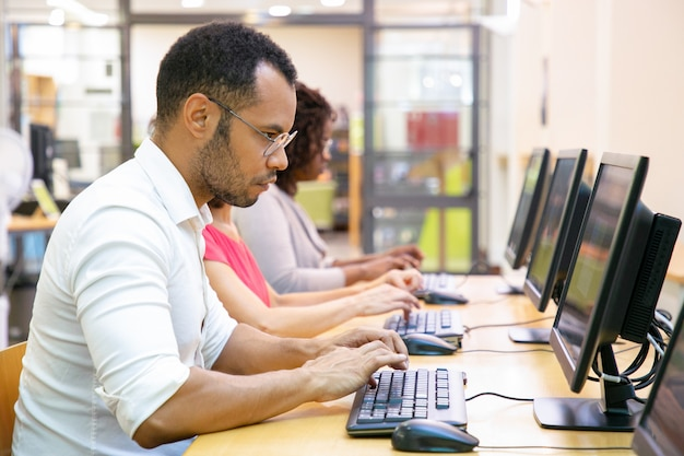 Niezwykle skoncentrowany student biorący udział w teście online