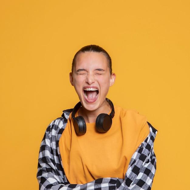 Niezwykle szczęśliwa kobieta ze słuchawkami