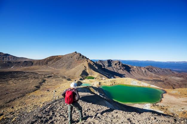 Niezwykłe wulkaniczne krajobrazy na torze tongariro crossing, park narodowy tongariro, nowa zelandia. koncepcja wanderlust