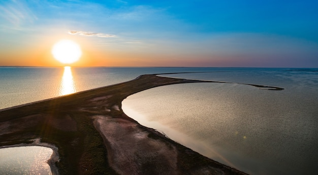 Niezwykłe wyspy na jeziorze sivash, widok z góry, kamera drona
