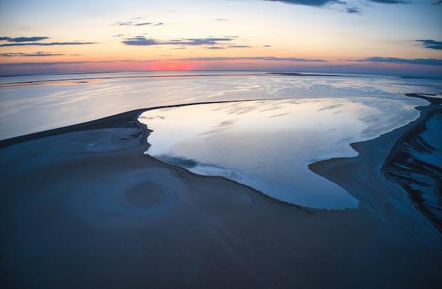 Niezwykłe wyspy na wspaniałym jeziorze i widok z kamery drona