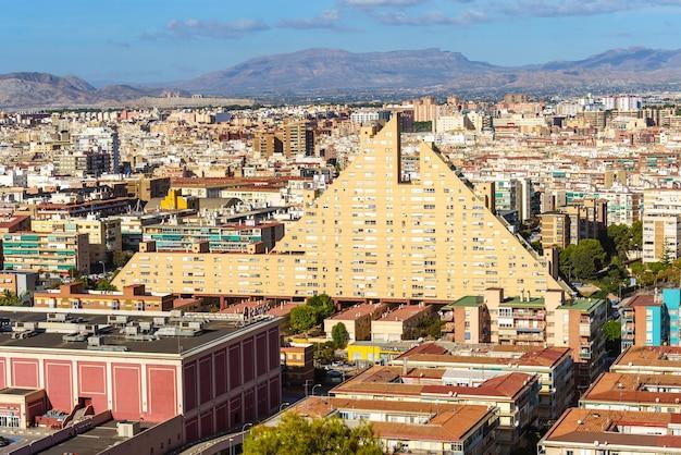"""Niezwykły budynek w alicante znany jako """"la piramide"""" w słoneczny dzień. architekt alfonso navarro guzmn."""