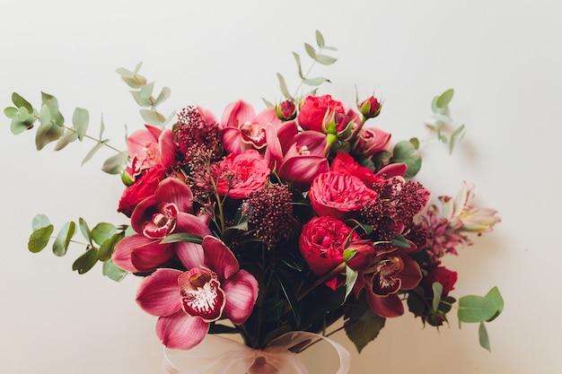 Niezwykły prezent w postaci bukietu kwiatów i owoców. widok z góry.