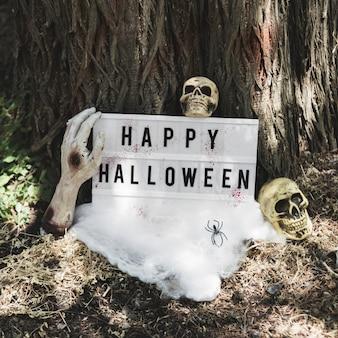 Nieżywa ręka trzyma halloweenową pastylkę