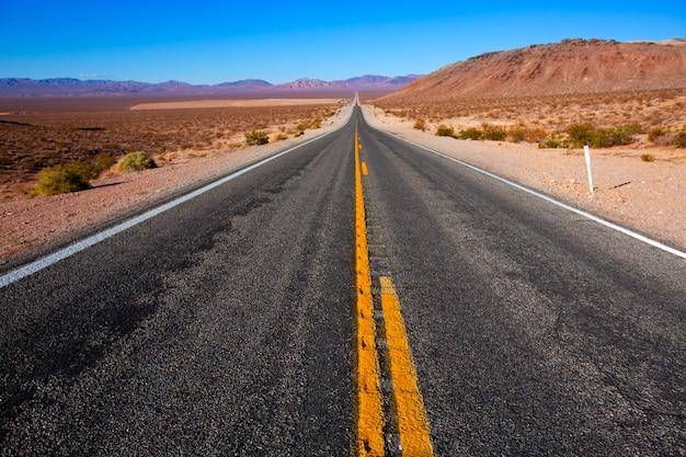 Nigdy nie kończąca się droga do death valley w kalifornii