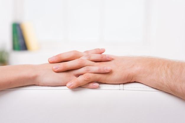 Nigdy nie pozwolę ci odejść. zbliżenie mężczyzny i kobiety trzymających się za ręce