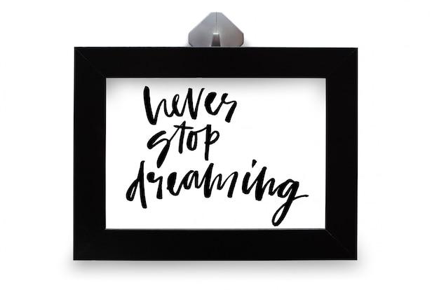 Nigdy nie przestawaj marzyć. tekst odręczny. kaligrafia nowoczesna. inspirujący cytat. na białym tle