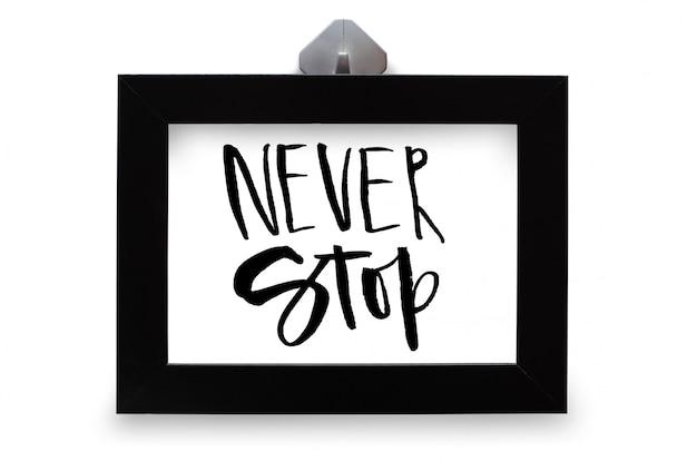 Nigdy nie przestawaj. tekst odręczny. kaligrafia nowoczesna. inspirujący cytat. na białym tle