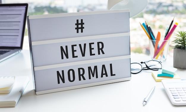 Nigdy normalny tekst na lightboxie na biurkuwielkie zmiany lub koncepcje stylu życia.żadnych ludzi