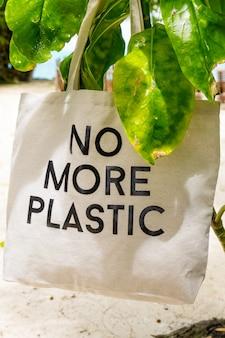 Nigdy więcej plastikowej torby ekologicznej na gałęzi zielonej rośliny tropikalnej