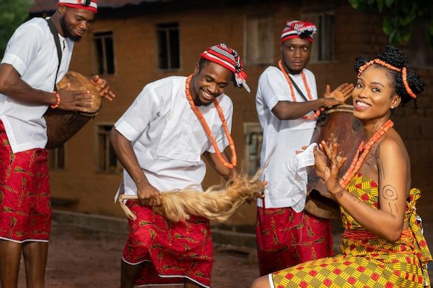 Nigeryjczycy w średnim ujęciu świętują