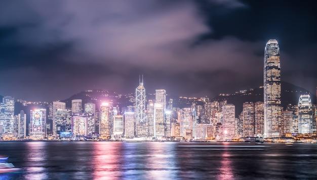Nightscape i panoramę architektury miejskiej w hongkongu