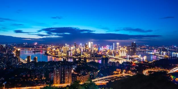 Nightscape linia horyzontu miastowa architektura w chongqing, chiny