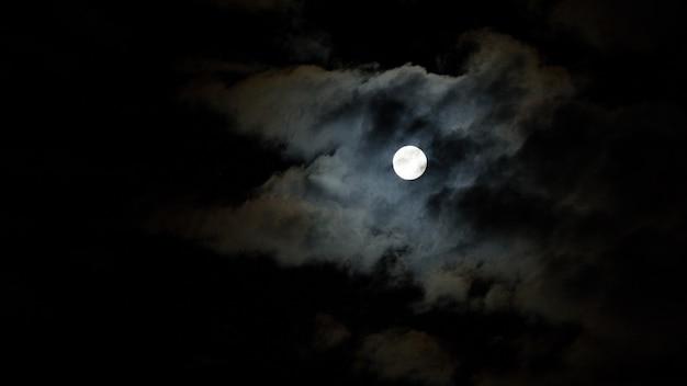 Nighttime niebo z chmurami