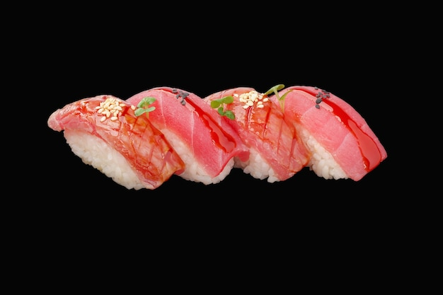 Nigiri sushi set tuńczyk, sos, mikrozielony, sezam, kawior na białym tle
