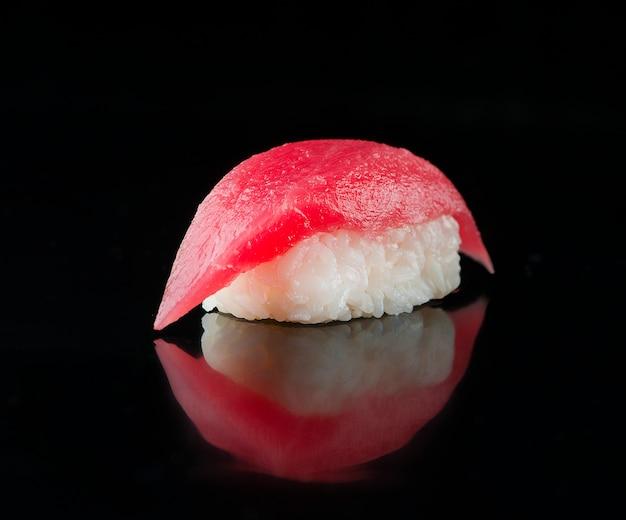Nigiri sushi z tuńczykiem na czarno.