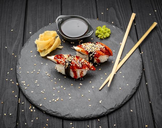 Nigiri sushi z węgorzem na czarno
