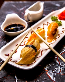 Nigiri wasabi imbirowy widok z boku