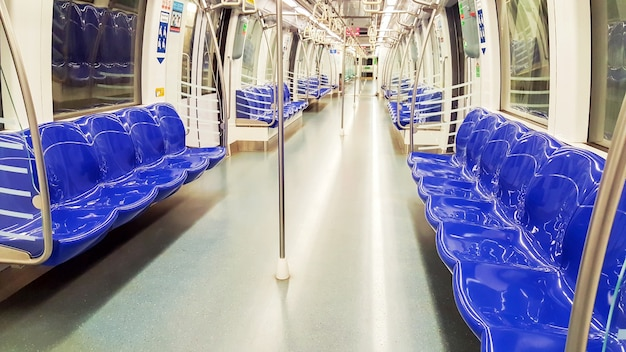 Nikt i puste krzesła w metrze.