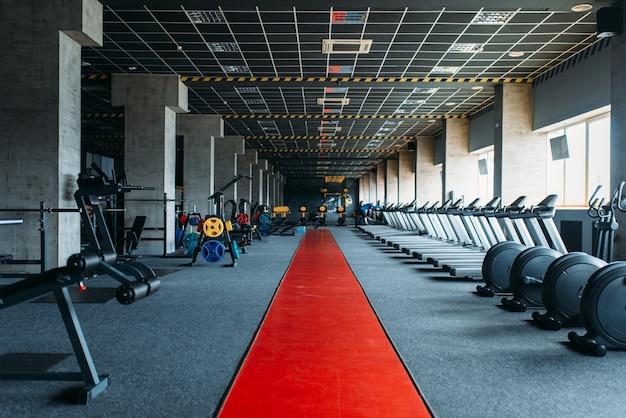 Nikt na siłowni, pusty klub fitness. ćwiczenia gimnastyczne. wyposażenie centrum sportowego