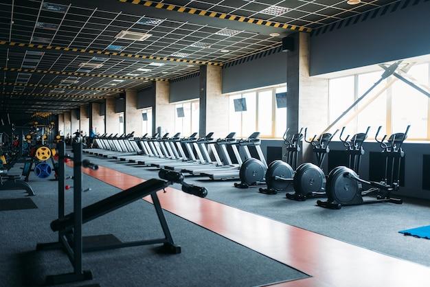 Nikt na siłowni, pusty klub fitness