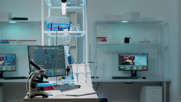 Nikt w laboratorium naukowym z instrumentami badawczymi