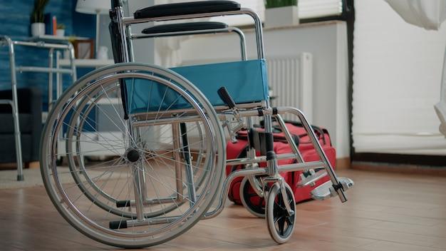 Nikt w pokoju domu opieki z obsługą transportu