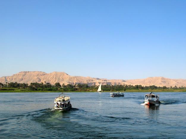 Nil rzeka z łodziami w egipt