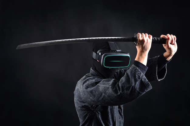 Ninja samuraj w okularach wirtualnej rzeczywistości. koncepcja gry vr.