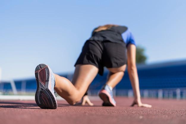 Niska pozycja biegacza na start