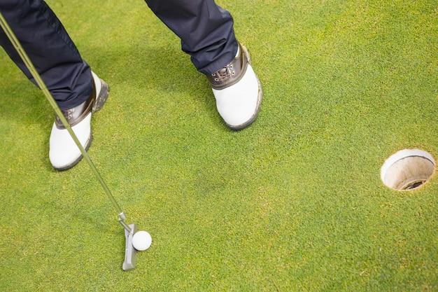 Niska sekcja człowieka gry w golfa