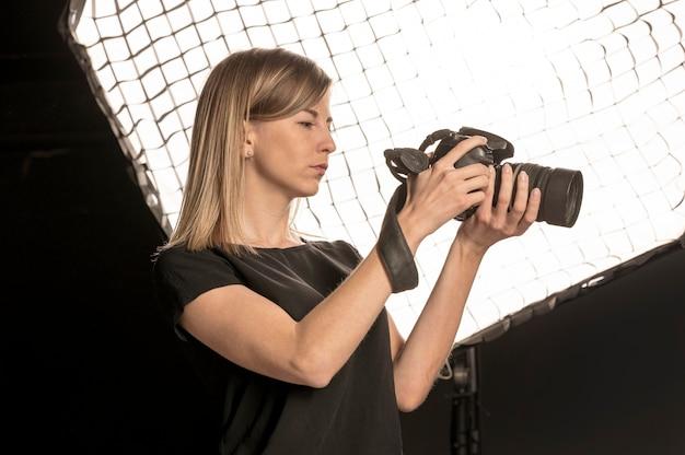 Niska widok kobieta bierze fotografię