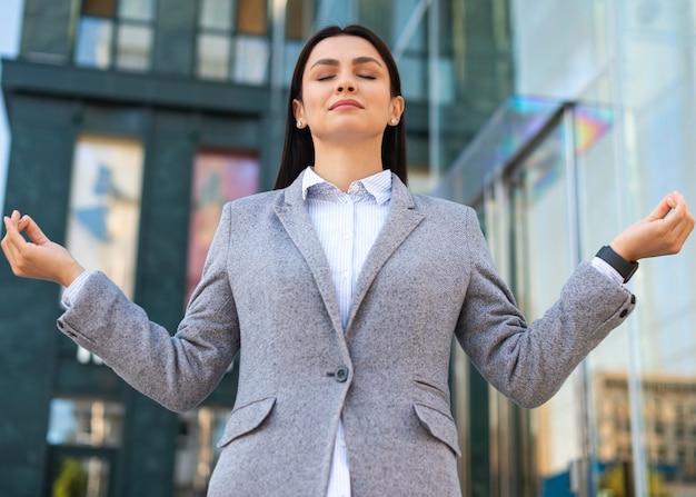 Niski kąt bizneswoman w pozie zen