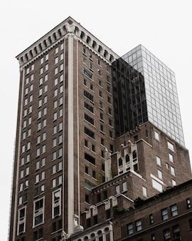 Niski kąt budynku z nowoczesną częścią