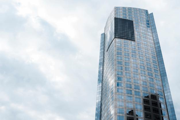 Niski kąt budynku z przestrzenią do kopiowania