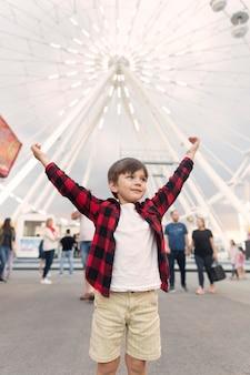 Niski kąt chłopiec w parku rozrywki