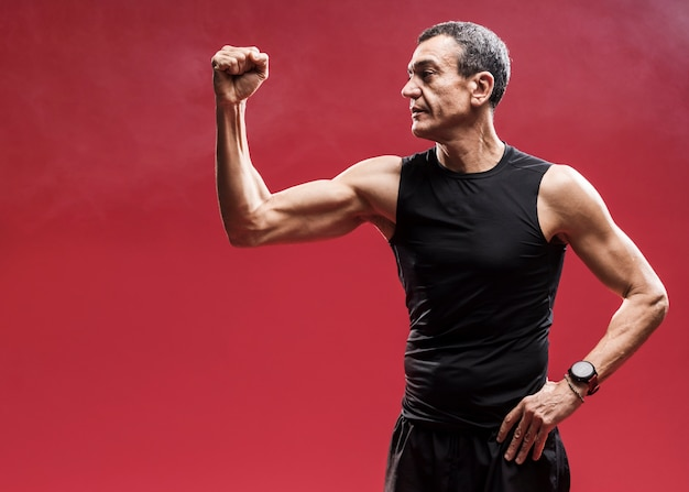 Niski kąt człowiek pokazano jego mięśnie