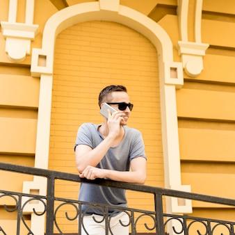 Niski kąt człowiek rozmawia przez telefon komórkowy
