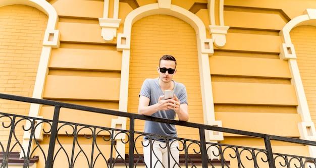 Niski kąt człowiek z telefonem komórkowym