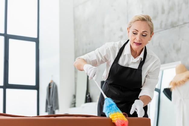 Niski kąt czyszczenia kobiet